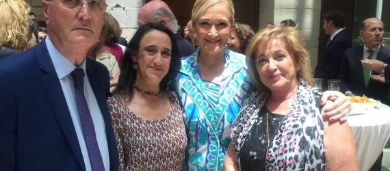 En la imagen, Mariví Martín, directora técnica del Centro de Emergencia Social y responsable de voluntariado de ASOCIACIÓN PUNTO OMEGA, junto a Dña. Cristina Cifuentes, Presidenta de la Comunidad de Madrid y compañeros de asociaciones involucradas con la FAD y las adicciones en el acto conmemorativo del 30 aniversario de la FAD